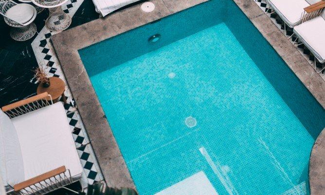 Le nuove normative europee sull'uso degli scarichi di fondo di piscine interrate